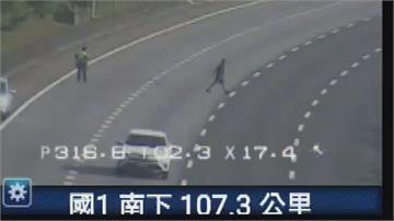 男子闖國道逛大街遭壓制 穿越車道、跨坐護欄、與警拉扯
