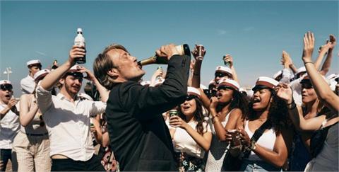 影評/最佳國際影片加持!《醉好的時光》:小酌 0.05% 酒精的自在人生,一飲而盡踏上尋回自我的旅程