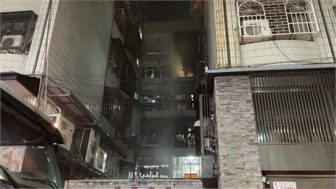 暗夜公寓大火 一對男女受困驚險獲救
