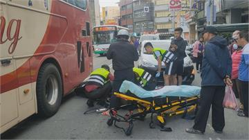 變換車道釀擦撞 女騎士險捲入遊覽車底