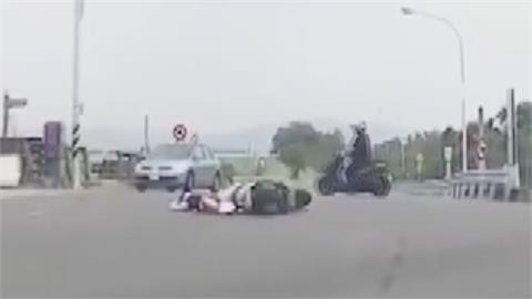 雙方疑似搶快釀禍!女騎士撞小貨車險遭輾