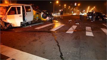 廂型車疑似闖紅燈撞小黃 車上乘客3死1傷