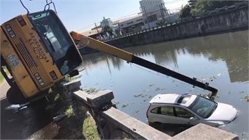 吊車操作不慎 事故車遭拋入排水溝