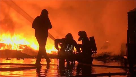 雜草起火燒至回收場 消防隊拉1公里水線控火勢