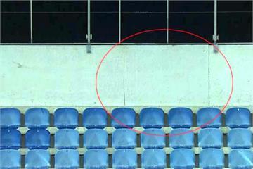 球場看台出現裂縫 足球賽緊急中斷撤離球迷
