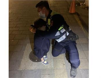 快新聞/幼童深夜徘徊萬華街頭 保安警脫外套「抱緊處理」助返家