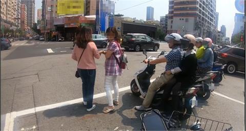 超狂路人待轉區聊天險被撞 警方:可依法開罰!