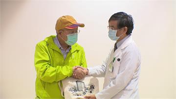 來台治血癌成功!70歲港男戴彩虹帽慶新生