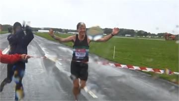 熱血跑者雨中競賽 自辦民間倫敦馬拉松