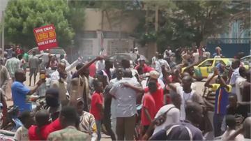 馬利軍方叛變衝進總統府 總統遭挾持宣布辭職、解散國會