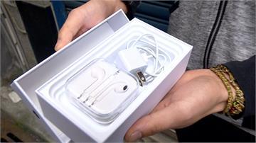 永和夾娃娃機騙很大?機台中有iPhone外盒 男子花680元夾到 打開只有手機配件...