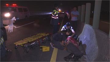 深夜2車追撞停路肩 重機騎士急煞遭撞飛