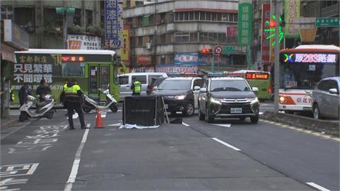 公車撞死嬤 全車「沒人發現」載滿車乘客 駕駛照開繼續上下車