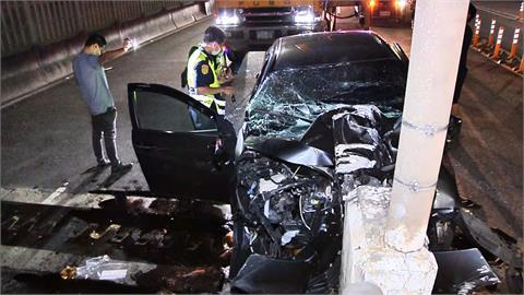 轎車自撞橋墩 駕駛當場無呼吸心跳急救中