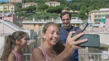 網球/兩少女疫情間屋頂對打 費德勒現身給驚喜