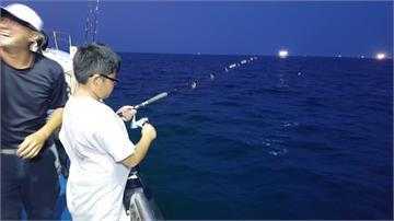 正值夜釣小管季節!深澳漁港嚐現撈海味