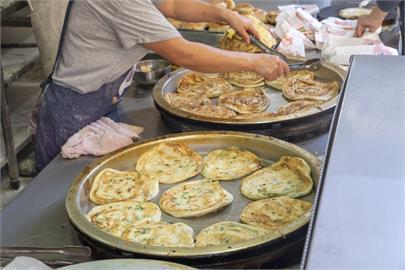 永和美食 早安蔥油餅|永安市場超人氣「蔥油餅、蘿蔔絲餅」,香酥千層用料實在,早餐吃得超滿足!