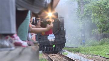 花蓮蒸氣火車頭 粉絲偽裝台鐵員工闖軌道搶拍