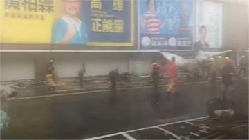 快訊/強風暴雨襲高雄  20樓高鷹架倒壓3人