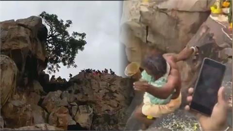 驚悚瞬間曝光!印度神父懸崖旁辦祭祀「挑戰走峭壁」 下秒慘墜12公尺斃命