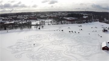 直徑達160公尺!藝術家帶領志工踩出巨大雪花圖