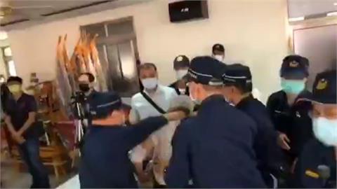 民眾疑遭警壓脖拖離現場 警:只是搭肩
