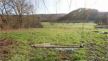 在法國過「原始生活」!夫妻用回收物蓋小屋