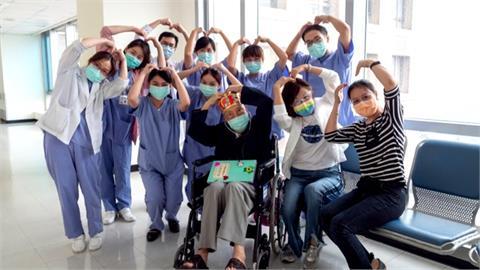 救命神器發威!102歲人瑞抗「疫」成功出院返家