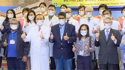 完成新光醫院健檢首行程 帛琉總統伉儷大大比讚