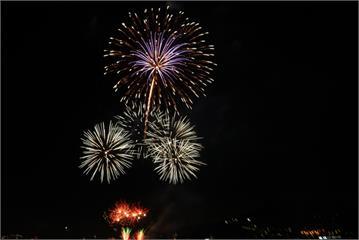 「藍海嘉年華」600秒高空煙火秀 照亮淡水夜空