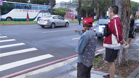 老翁煞車不及!行人穿越馬路慘遭撞飛昏迷