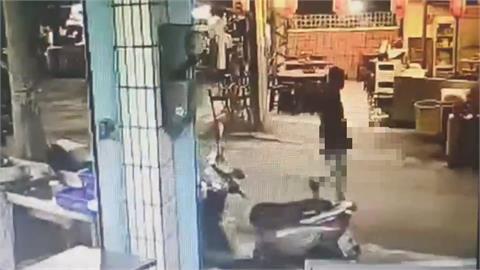 最怕街頭不定時炸彈! 男街頭持刀亂揮「被壓制還嗆要告警察」
