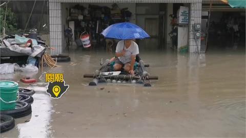 雨彈炸台南! 關廟進出靠膠筏 水閘門也擋不住 豪雨淹進安南一透天厝