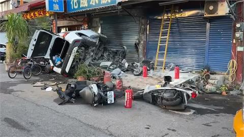 疑閃左轉車自小客衝撞民宅 車上3人一度受困
