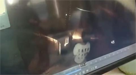 熊孩子惹禍!中國男童調皮扒門還撒尿 「電梯下秒炸出火球」害慘自己