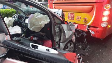 快新聞/北市小客車追撞遊覽車 「車頭全毀」駕駛一度受困車內