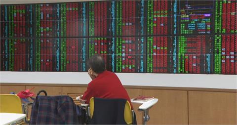 疫情嚴重程度遠超去年 股市為何沒狂跌?專家給1關鍵答案