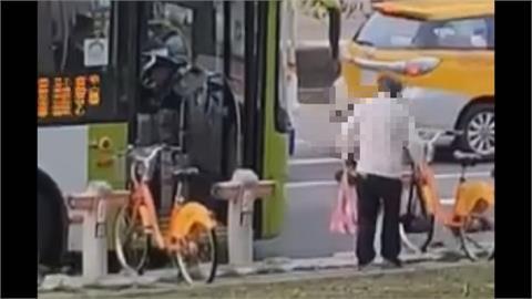 公車過站不停? 阿伯爆氣半路攔車錄影大罵