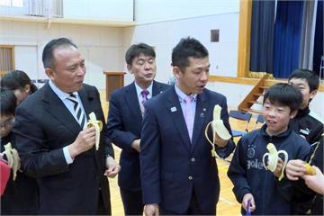 台日「好蕉情」! 林聰賢帶台灣蕉訪視日本小學