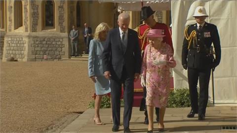 拜登與英女王喝下午茶 聊到「這兩人」送強森手工單車 酷!