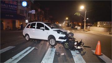 轎車路口撞上兩台機車 科大學生被撞飛