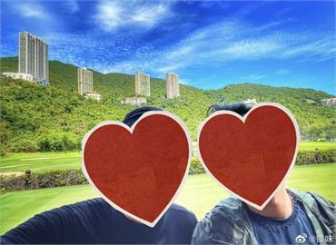 謝霆鋒捕獲「野生」周潤發!「2代男神」合體玩自拍 網笑:標準遊客照