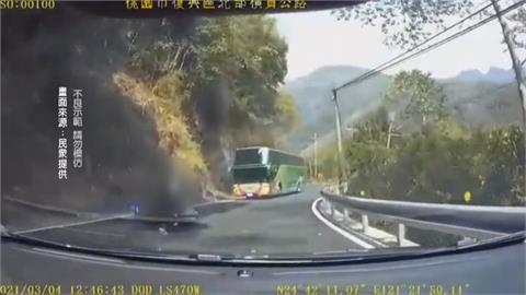 玩命! 騎士過彎未減速 逆向撞遊覽車幸輕傷