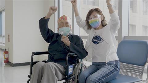 百歲阿公大病初癒 確診一度重症醫院細心照料