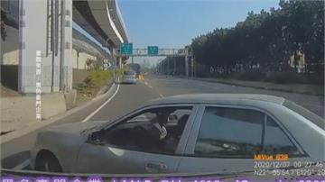 高齡駕駛惹禍?突變車道致小貨車閃避不及撞上
