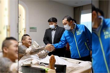 快新聞/侯友宜親赴醫院探望! 館長微笑曝2人「緊握雙手」照:感謝來看我