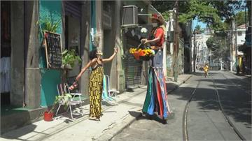 巴西嘉年華因疫情取消 高蹺男沿街送花傳愛