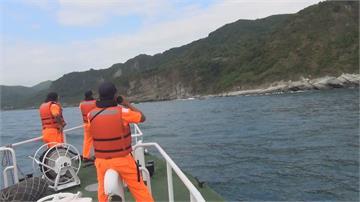 一個大浪打來!膠筏翻覆2落海 路過漁船出手相救