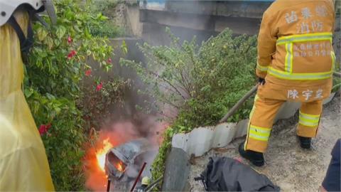 轟!車翻落橋下燒成火球 駕駛緊急脫困逃生