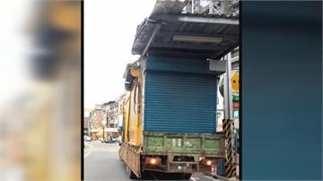 貨車載「鐵皮屋」路上跑...高度太高扯到電線險釀大禍!